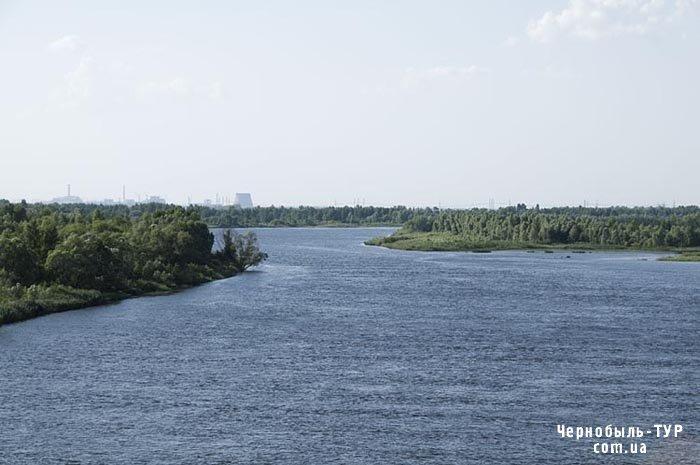 Вид з мосту Чорнобиля на Чорнобильську станцію