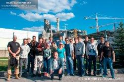 Группа туристов чернобыльской зоны около ЧАЭС на экскурсии